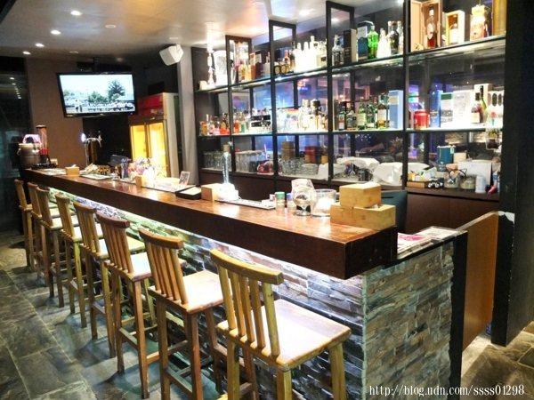 吧檯調酒區,提供龍舌蘭經典調酒系列、蘭姆酒經典調酒系列、琴酒經典調酒系列、伏特加經典調酒系列等等,很適合揪朋友來喝上一杯。