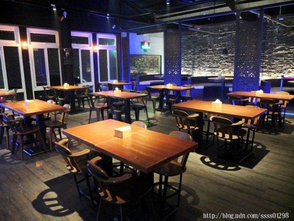 室內用餐空間也十分寬敞,環境乾淨,搭配沉穩色系的燈光,內部獨立音響播著音樂,格外有情調,可說是情侶約會的好地方。