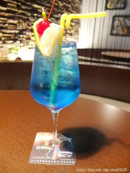 私房特調-藍柑橘調酒,充滿海洋氣息的夢幻藍,酒精不會太過強烈,有著檸檬韻味,很適合女性的一款調酒。