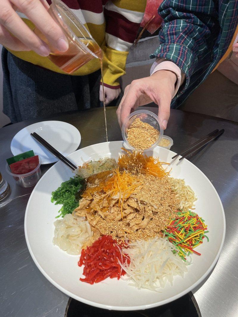 色彩繽紛的馬來西亞傳統年菜「撈生」充滿吉祥喜氣。 (圖/西西歪、狄達)