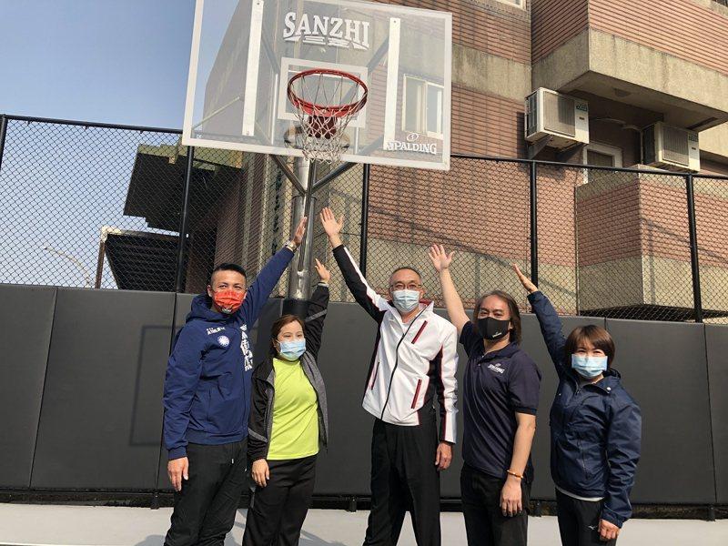 三芝區出現斯伯丁籃球場,副市長謝政達與市議員們一起來進行三對三鬥牛賽開場。 圖/紅樹林有線電視提供
