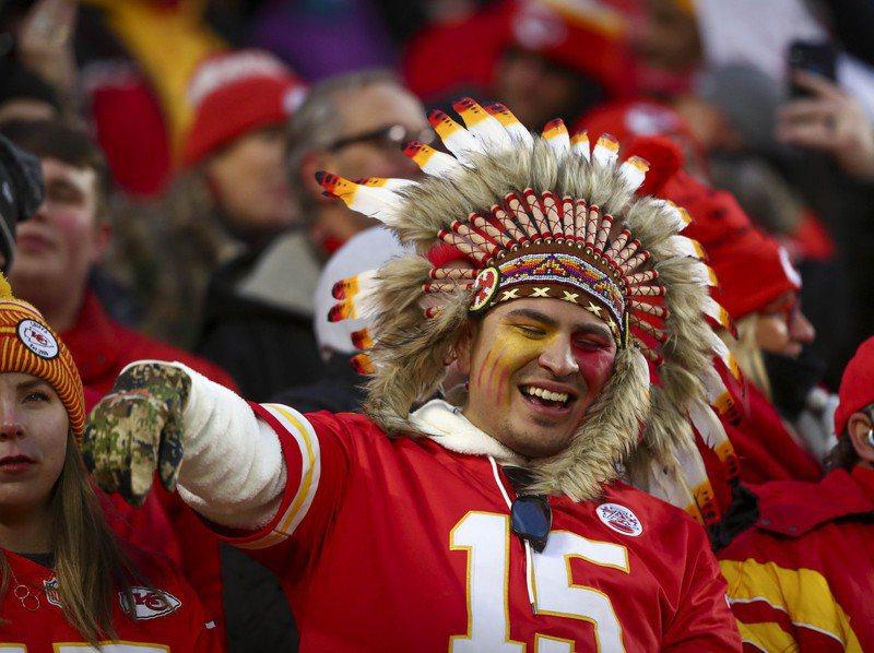 職業美式足球聯盟堪薩斯酋長隊球迷去年一月觀賽時為球隊慶祝。路透