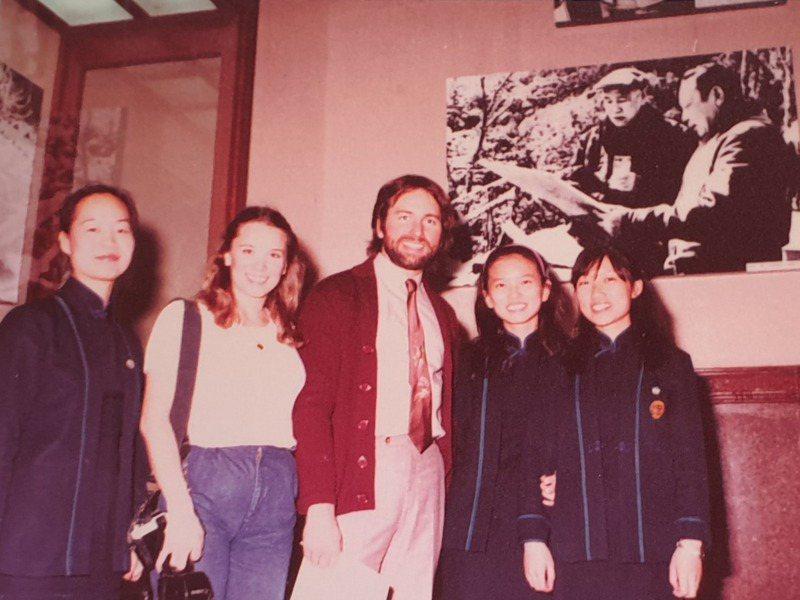 1981年,以「三人行」走紅的美國影星約翰瑞特參訪中正紀念堂,與紀念堂服務員合影。記者陳宛茜/翻攝