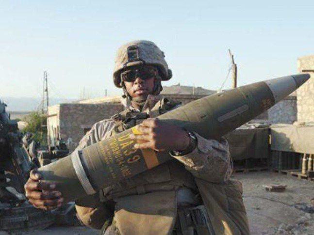 傳採購M109A6自走砲的「銳霆專案」,此因我方要求隨裝備採購M982神劍導引炮彈,即「新型155公厘火砲及精準彈藥」案,台美至今尚未喬定。圖/取自Gunsandammo
