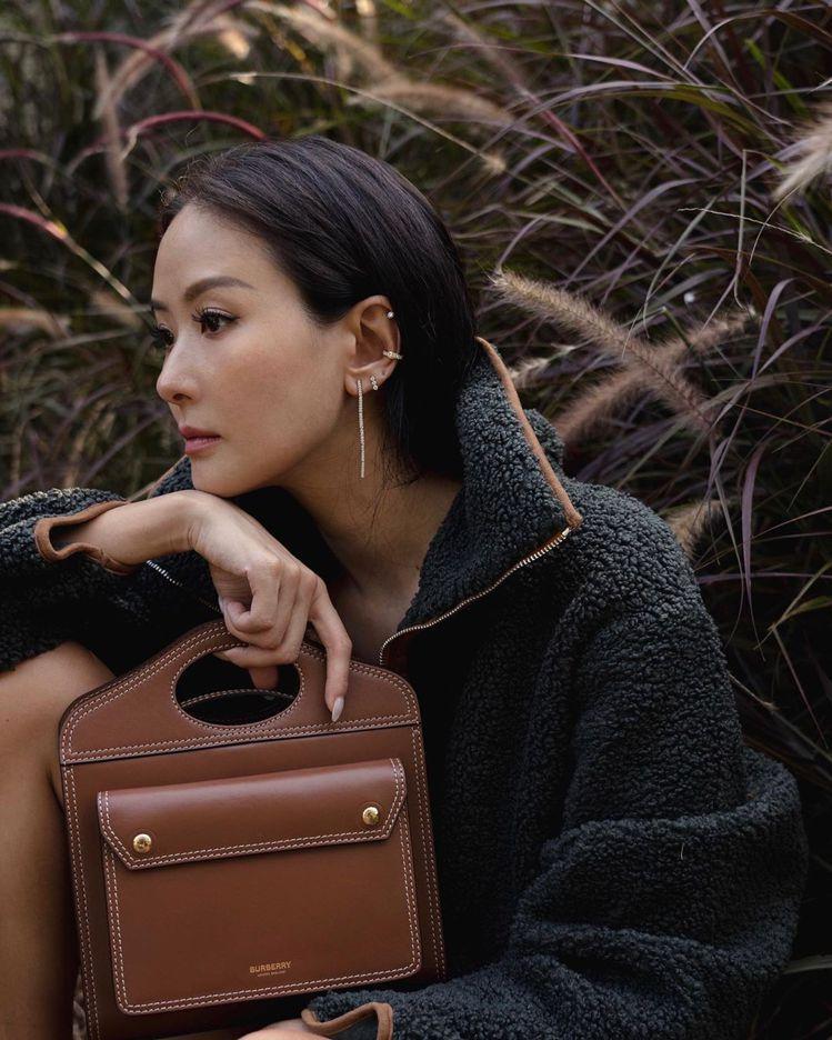 孫芸芸演繹迷你正面壓縫皮革Pocket包,43,500元。圖/取自IG