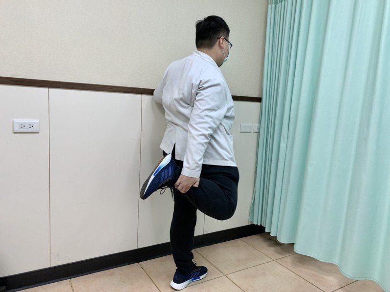 第1招「牽拉股四頭肌運動」,民眾站立時身體保持直立,一脚往後彎曲以同側的手抓脚,將脚盡量往臀部方向拉提,直到大腿前側覺得緊綳為止。記者王昭月/攝影