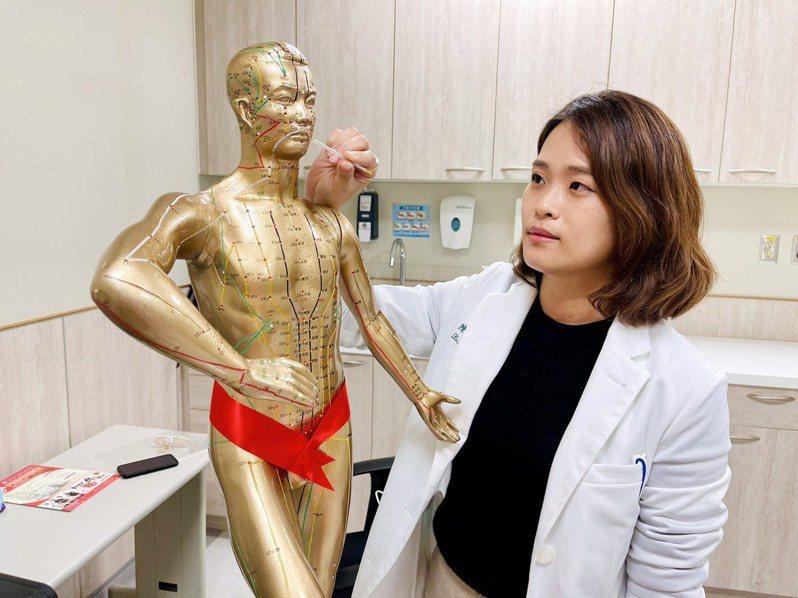 中醫大新竹附醫中醫科醫師陳亮宇表示,以往臉部的針灸主要治療顏面神經麻痺的患者,近幾年從韓國開始相當流行將顏面針灸應用在中醫美容方面。記者陳斯穎/攝影