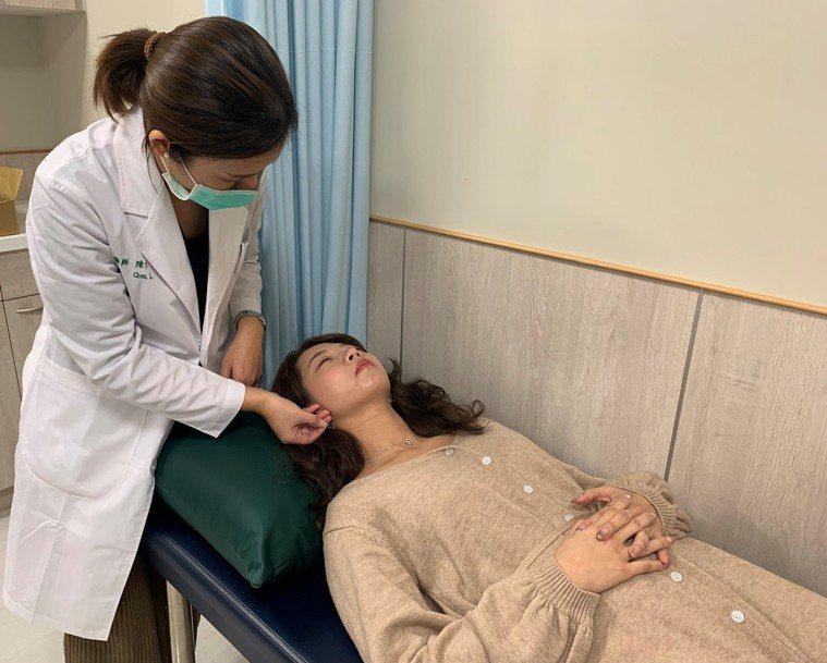 針刺的位置包含臉部、頸部及頭皮,通常臉部對疼痛較為敏感,美顏針使用微細的針具,可...