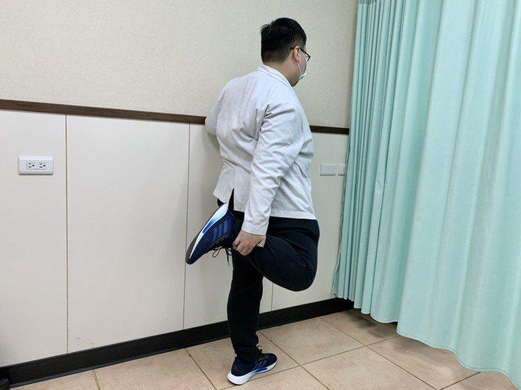 第一招【牽拉股四頭肌運動】:在站立下,一脚往身後彎曲,同側的手抓住脚,將脚盡量往...