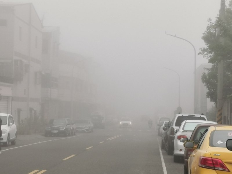 嘉義市今天上午戶外一片白茫茫、能見度很低。記者卜敏正/攝影