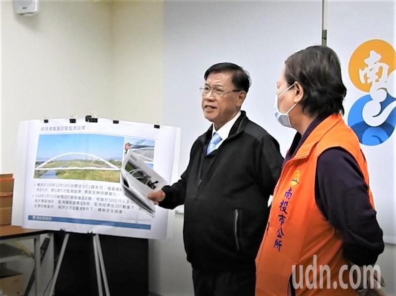 南投市長宋懷琳(右)為綠美橋開放問題,與縣長林明溱(左)互槓。記者賴香珊/攝影