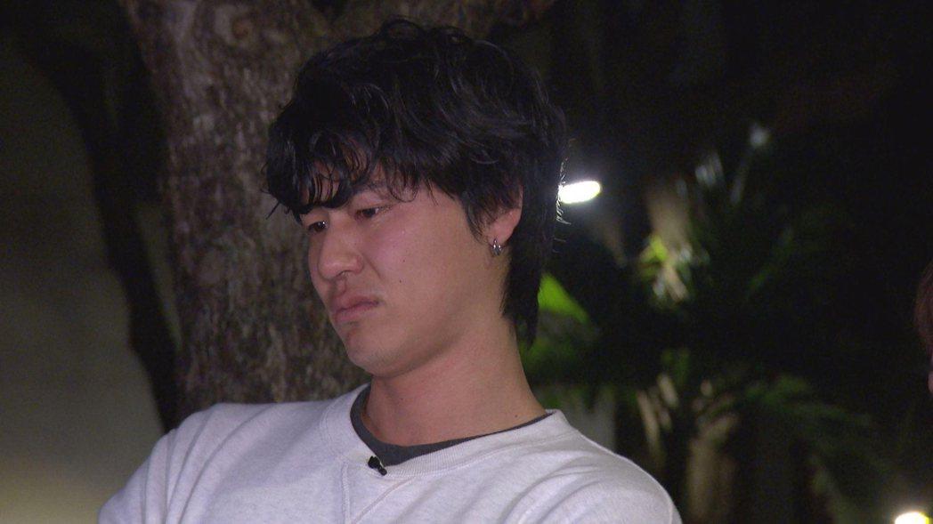 風田強忍淚水,看著父母飄洋過海來的影片。圖/TVBS提供