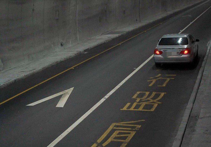 小客車別傻傻跟著大客車後面行駛路肩,小心有科技執法拍照,出了隧道會被攔查開單取締...