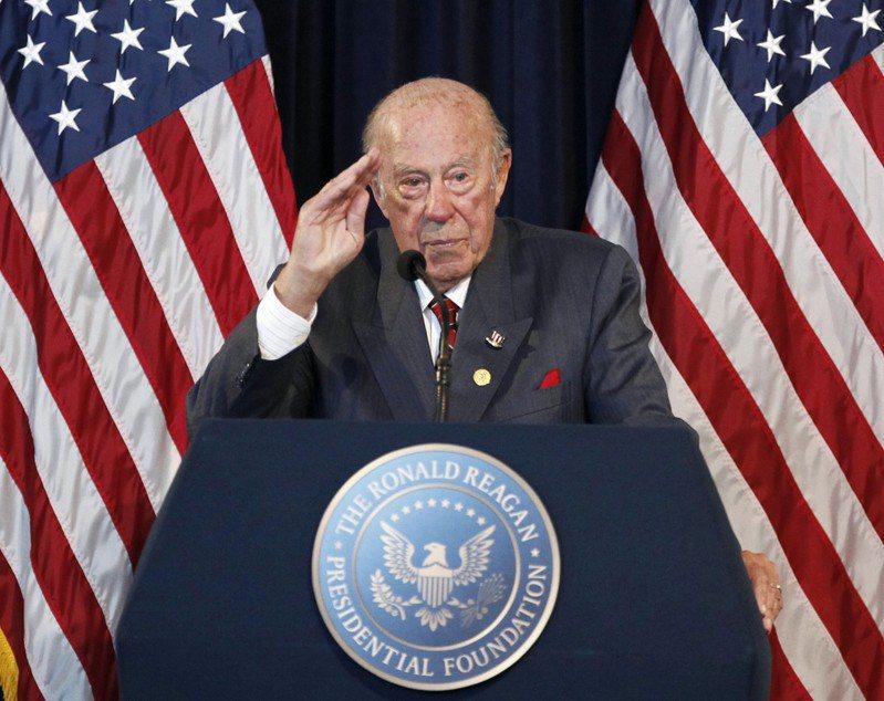 1982年至1989年,舒茲在雷根政府擔任國務卿,其成就包括結束美蘇冷戰,並讓美國與亞太及東南亞地區國家發展堅實的外交關係。圖為舒茲2009年在加州的雷根圖書館,參加柏林圍牆倒塌20年紀念活動。美聯社