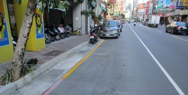 板橋區實踐路黃線路段。圖/新北交通局提供