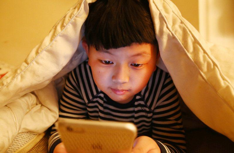 許多家長都很煩惱如何拿捏孩子使用3C產品的尺度。圖/聯合報系資料照片