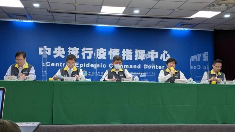 中央流行疫情指揮中心下午舉行記者會,由左到右依序為指揮中心發言人莊人祥、專家諮詢...