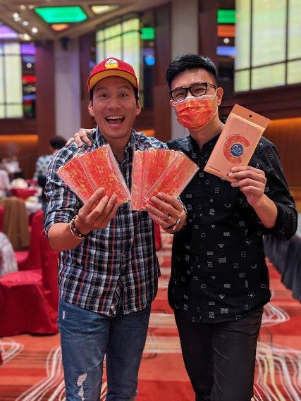 艾力克斯(左)收到蔣偉文的口罩,開心地笑開懷。圖/艾迪昇傳播提供