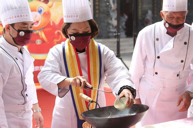 副市長陳淑慧在年菜捐贈記者會上,化身料理大廚,做出美味又可口的「魚躍龍升」年菜