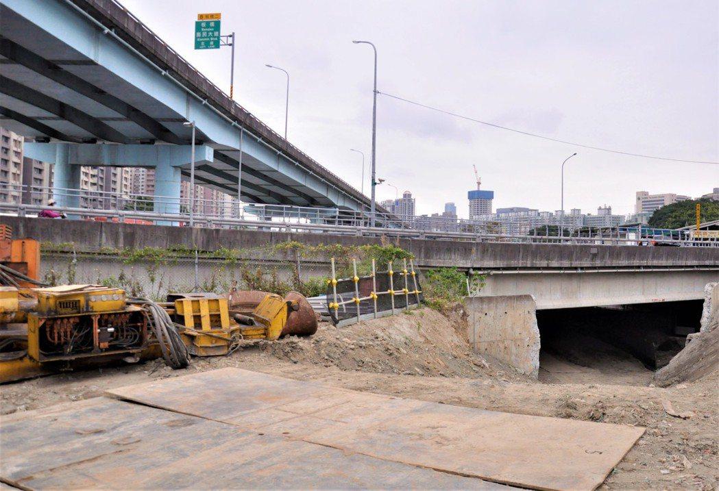浮洲橋下橋動線優化工程完工後,民眾可藉由浮洲橋下穿越道接往板城路右岸。記者張哲郢...
