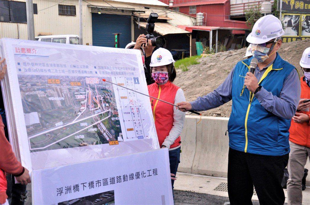 新工處處長王益翔說明未來浮洲橋銜接台65線的動線。記者張哲郢/攝影