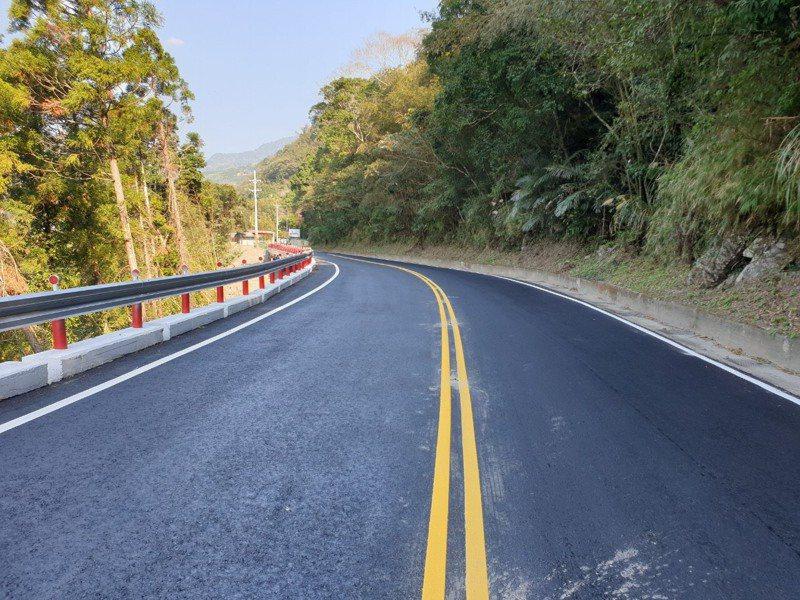 縣府趕在年前把尖石、五峰主要道路縣道120和122線蜿蜒狹窄的交通瓶頸處打通,讓民眾春節走春更安全。圖/新竹縣政府提供