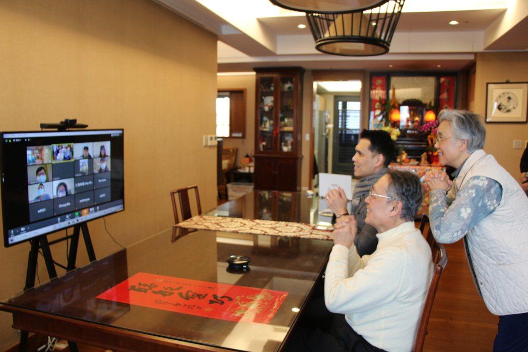 視訊拜年示意圖,去年年初六視訊拜年。 圖/智榮基金會提供