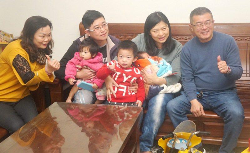 雲林縣四湖鄉開辦生育補助,鄉長蘇國瓏(右一)把每胎新生兒可獲1萬6千元補助的禮金送到家,每位媽媽和家人都喜出望外,說是過年的最大禮。記者蔡維斌/攝影