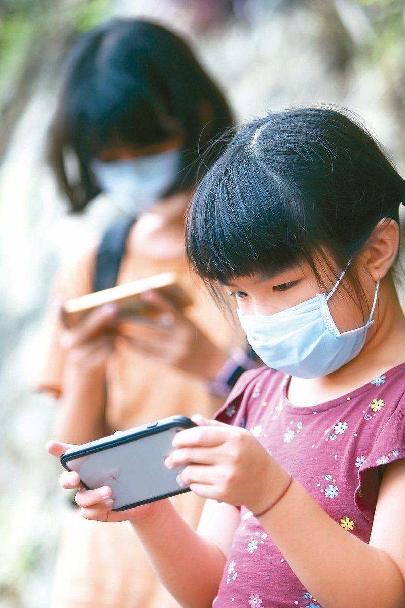 小孩幾歲可以接觸手機沒有一定標準,重點是養成「手機是工具,不是玩具」的觀念。圖/聯合報系資料照片