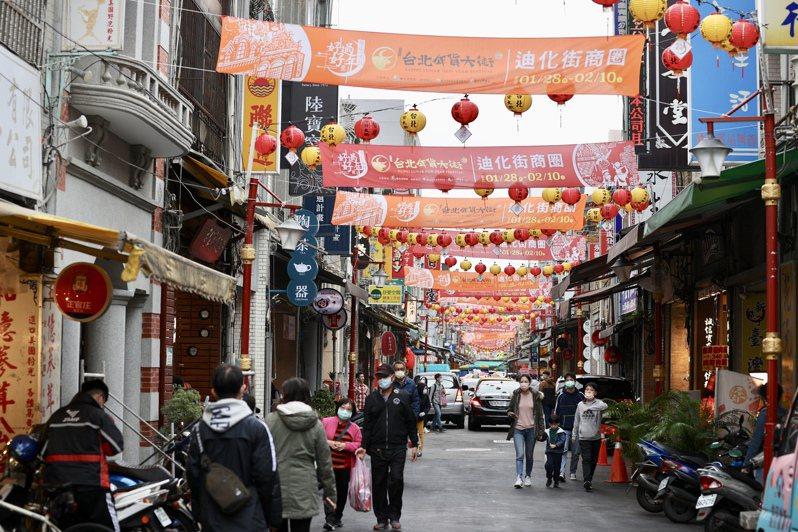 受疫情影響,台北年貨大街活動取消,尚未拆掉的「台北年貨大街」橫幅依舊高掛,雖仍有民眾前來採買,但人氣已不如往年。記者林伯東/攝影