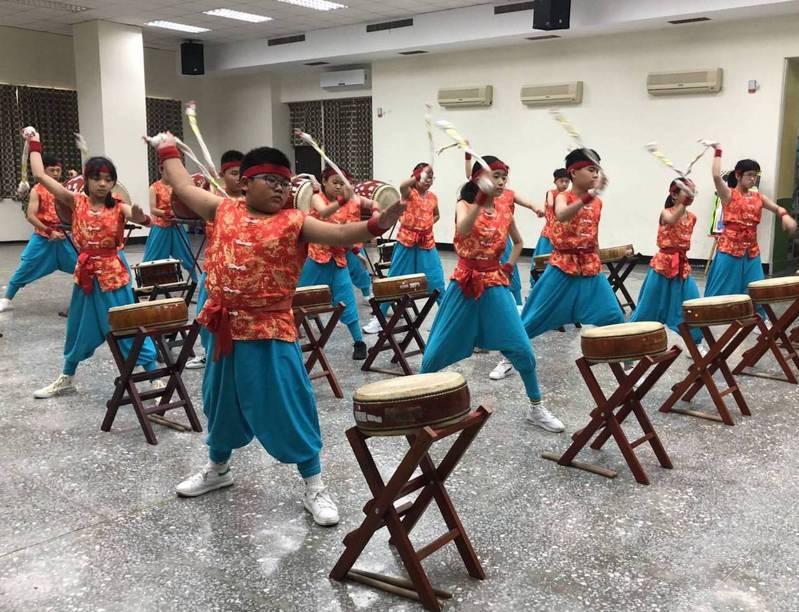 高雄市桂林國小太鼓隊創新鼓藝,不用鼓棒、改用童軍繩結擊鼓。圖/桂林國小提供