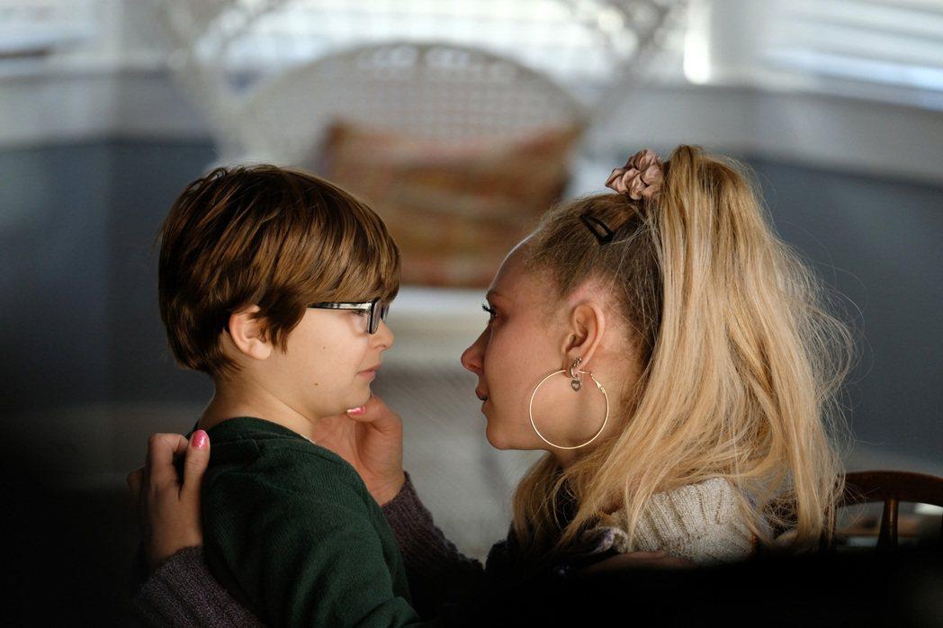 朱諾坦普(右)與8歲小童星萊德艾倫(左)在「帕瑪」中飾演一對母子。圖/Apple...
