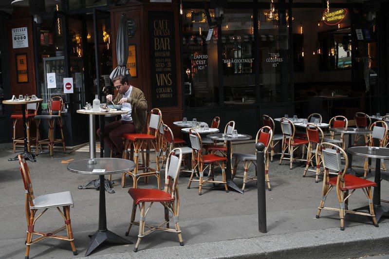 法國勞工部發言人上周說,該部將暫時調整法規,准許勞工在自己的辦公桌上吃午餐。熱愛生活藝術的法國人一向認為,吃飯就是要上餐桌,在辦公桌上吃午餐「好慘」。圖為巴黎一家餐館去年6月正常營業。美聯社