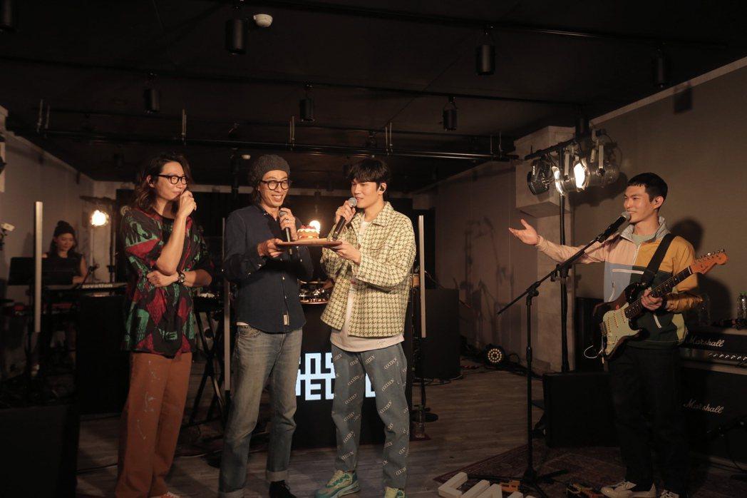 宇宙人驚喜替嘉賓馬念先(左二)慶生。圖/相信音樂提供