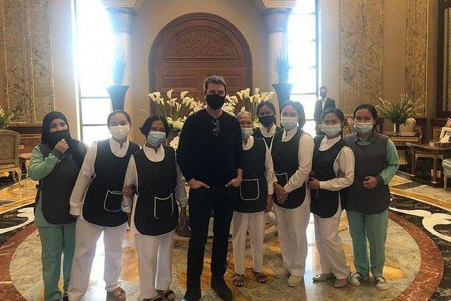 湯姆克魯斯(中)在杜拜和一群人近距離合照,也記得不脫口罩,謹守防疫原則。圖/摘自