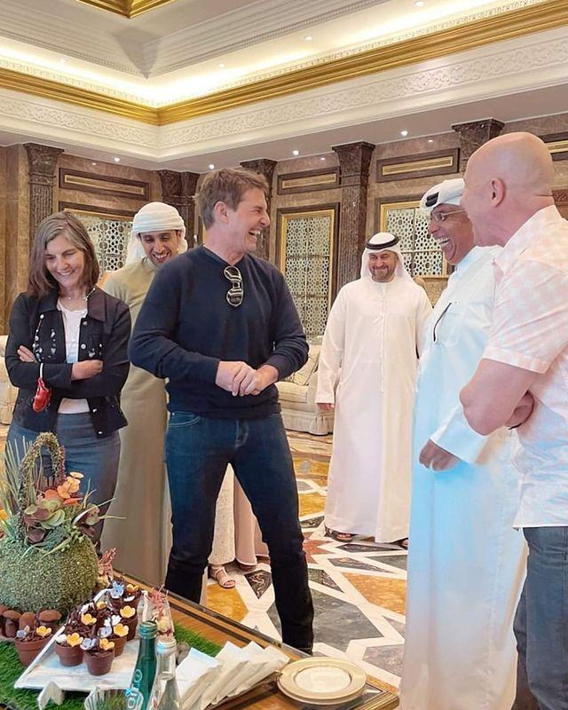 湯姆克魯斯(中)和杜拜當地協調拍攝人員相處甚歡。圖/摘自Instagram