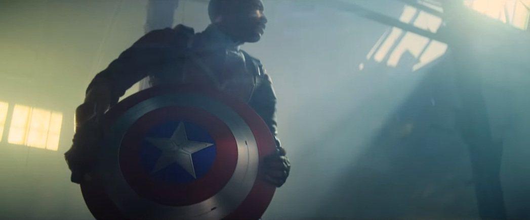 「獵鷹」山姆繼承「美國隊長」史蒂夫留下的盾牌。圖/摘自YouTube