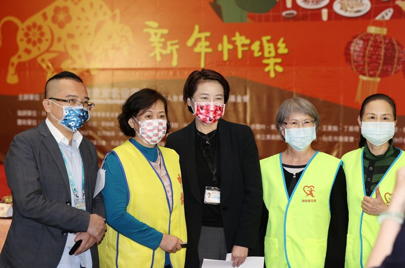 台北市副市長黃珊珊(中)昨日出席溫馨年菜活動,讓弱勢家庭過年也能有美味年菜享用。記者曾原信/攝影
