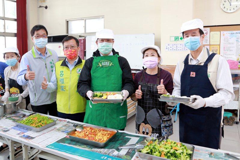 台南市長黃偉哲(中)與社會局長陳榮枝(右一)等人昨天到東區富強里活動中心,關心長者供餐狀況。圖/市府提供