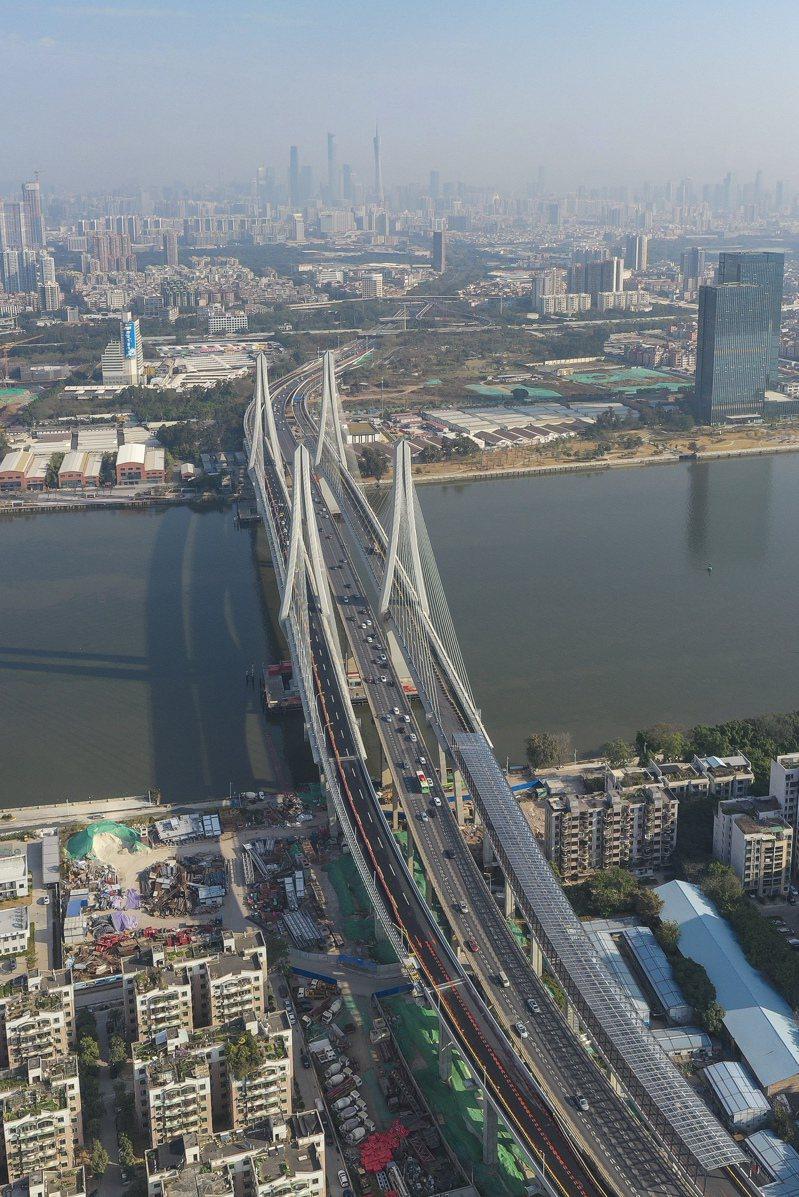 歷時兩年七個月建設的洛溪大橋新橋8日全線通車,與舊橋實施交通轉換。(中新社)