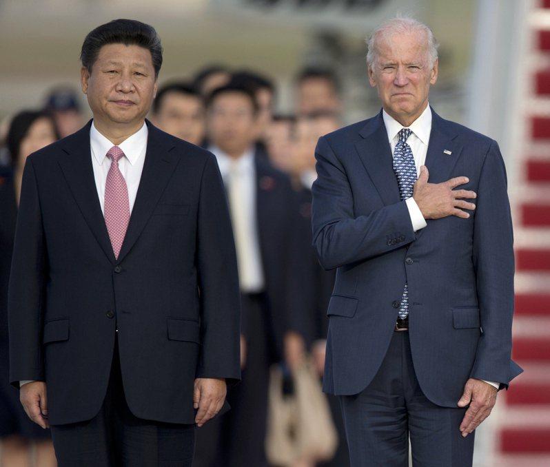 美國總統拜登七日說,即使中國大陸國家主席習近平「骨子裡沒有民主」,兩國之間仍可避免衝突。圖為二○一五年九月,時任副總統的拜登(右)在美國馬里蘭州安德魯斯空軍基地歡迎來訪的習近平(左) 。(美聯社)