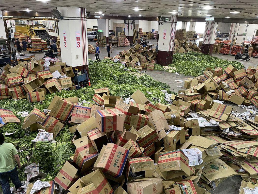 大量蔬菜湧進批發市場趕出貨。圖/洪姓農民提供