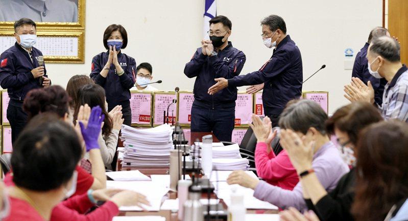 國民黨主席江啟臣(左三)昨率黨務主管舉行「反萊豬公投連署突破50萬」記者會,並感謝參與連署書工作的志工。記者侯永全/攝影