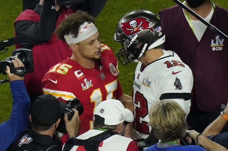 酋長遭海盜痛電,美國媒體ESPN指出,這不僅是馬霍姆斯(左)在超級盃,也是大學、職業生涯最糟的比賽。 美聯社