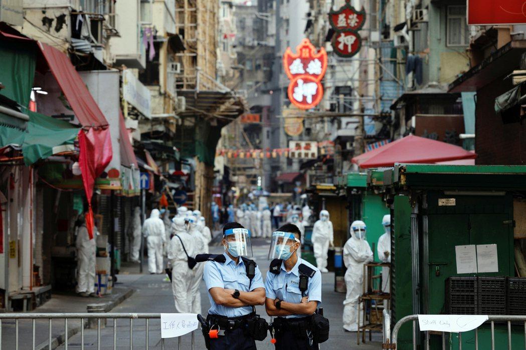 香港目前各區輪流疫情封鎖,社會的反抗動能被夾殺得喘不過氣。 圖/路透社