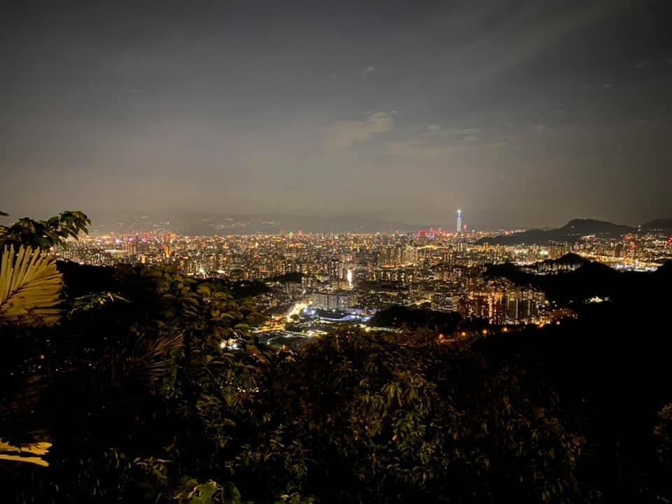 從烘爐地能夠將雙北的夜景盡收眼底,也吸引了遊客來欣賞百萬夜景! 圖/Meng C...