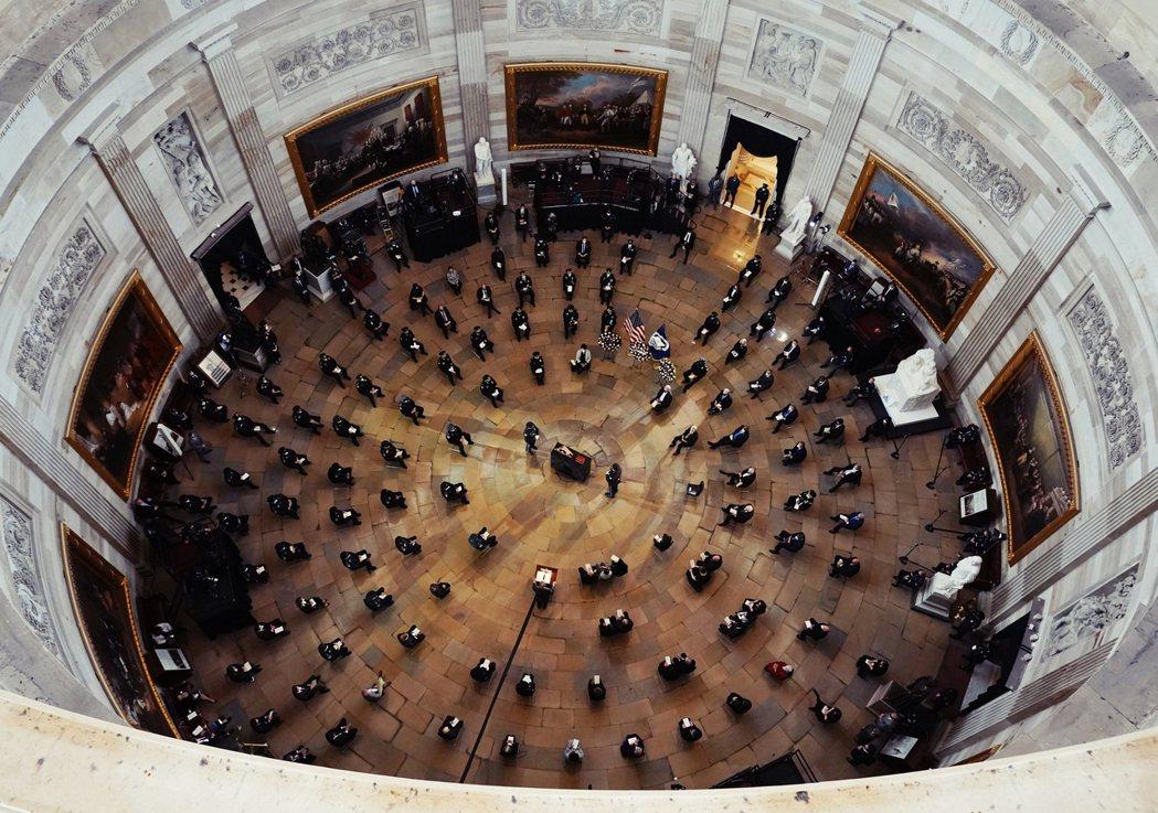 圖為2月4日國會大廈追悼在川粉暴亂衝突中殉職的國會警察西柯尼可(Brian D....