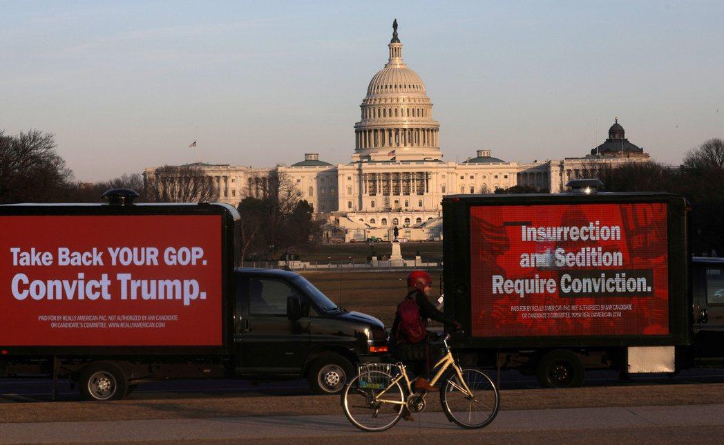 圖為支持川普彈劾案的廣告卡車停在國家廣場上。 圖/路透社