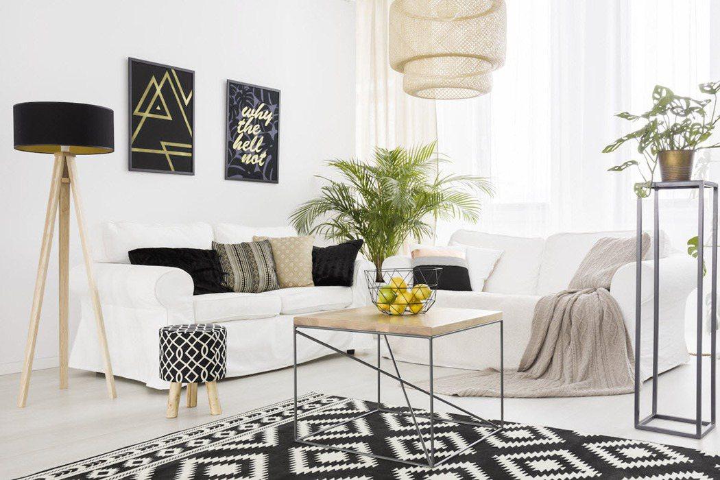 窗簾、床單、抱枕、植栽等「軟裝」都是經濟實惠就能改變家中印象的好幫手。 圖/21...