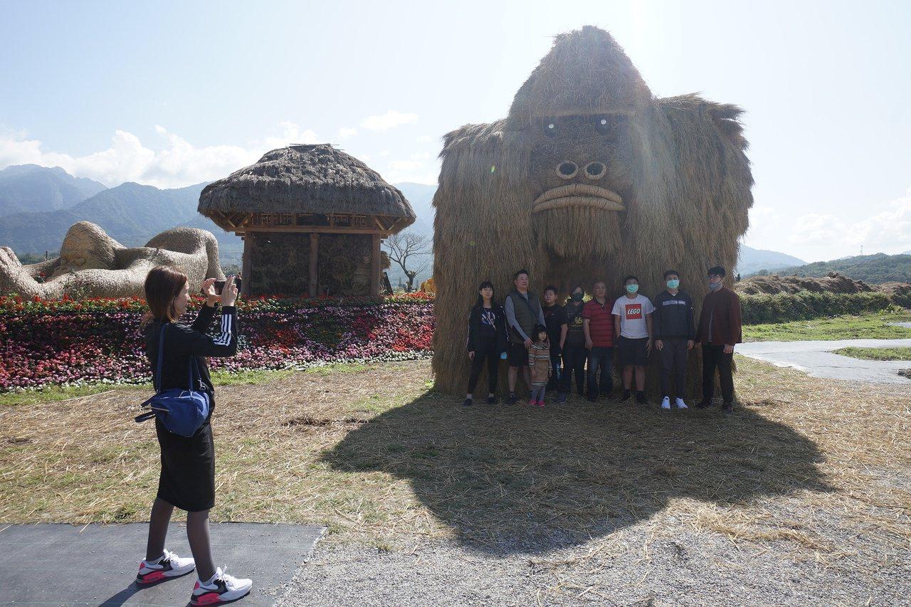 花蓮縣富里鄉農會以「動物迷蹤-沃野派對」為主題推出稻草藝術季,可愛的大猩猩是展場...